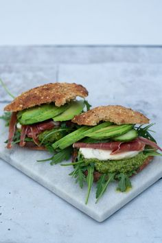 Food N, Food And Drink, Healthy Lunch To Go, Yummy Eats, Yummy Food, Comidas Fitness, Greens Recipe, Food Inspiration, Pesto