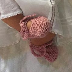 Batones con Encanto: Tutorial de unos patucos, tipo bailarinas, para bebés. Knitted Booties, Knitted Slippers, Baby Booties, Baby Knitting Patterns, Hand Knitting, Crochet Scarves, Crochet Hats, Crochet Baby Shoes, New Baby Products