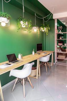 Espaço de 24 m² da agência King é revigorado por Matheus Ilt a partir de soluções baratas, ideias criativas e tons joviais de rosa e verde. Leia na Haus.