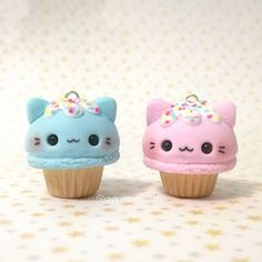 Hola ! Y más cupcakes para no variar. He vuelto a hacer cupcakes de helado de gato pero con bases diferentes y colores distintos, espero que os guste esta pareja . . Hello ! More kitty cupcakes for today, I made some of this before but I decided to make them better, I miss making charms. Hope you like this little couple ! . . #clay #claycharms #polymerclay #polymerclaycharms #polymerclaycreations #kawaii #kawaiicharms #fakefood #polymerclaycharm #clayfood #miniaturefood #hand...