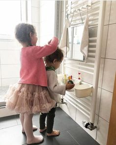 Montessori Badezimmer für Kinder - IKEA Hacks how to make baby hair style - Baby Hair Style Ikea Montessori, Montessori Toddler, Montessori Bedroom, Childrens Bathroom, Bathroom Kids, Ikea Hack Bathroom, Closet Ikea, Tv Ikea, Style Baby