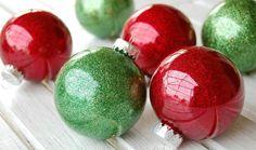 Weihnachtliche Farben und Glitzer zum Basteln verwenden
