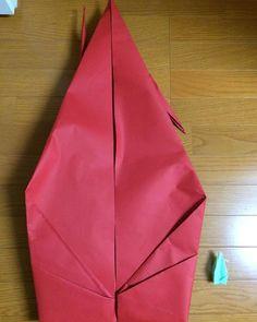 ご覧ください!この大きな折り鶴! 隣に置いてあるのが一般的な大きさの鶴です。比較するとその大きさが分かりますね。 ケント紙を4枚つなげて作ったのだそう。 とてもインパクトのあるスペシャルアイテムです☆