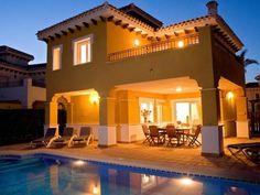 Dieses Ferienhaus mit Privatpool liegt im schön angelegten Mar Menor Golf Resort (70 ha), ca. 3 km von Torre-Pacheo in der Provinz Murcia entfernt. #Sommer #Sonne #sun #summer #travel #holidays #Spain #Bucht #Urlaub #imUrlaubwiezuhausefühlen