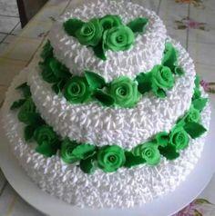 Os bolos de casamento não ficam de fora desse tipo de decoração, é possivel criar bolos maravilhosos com todo glamour que a ocasião requer. Os Bolos Decorados com Chantilly para casamento costumam ser mais elaborados e maiores, alguns com 2 ou até 3 andares de bolo totalmente decorado com chantilly.