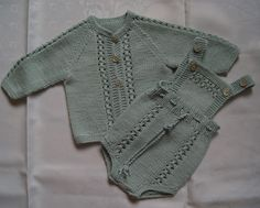 Hentesett fra Gustav & Berta Baby Cardigan Knitting Pattern Free, Knitting Patterns Boys, Knitting For Kids, Crochet For Kids, Crochet Baby, Baby Barn, Knitted Baby Clothes, Baby Pants, Baby Sweaters