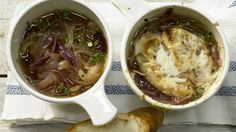 Kräftig und wunderbar würzig: Zwiebelsuppe mit überbackenem Käse-Baguette   http://eatsmarter.de/rezepte/zwiebelsuppe