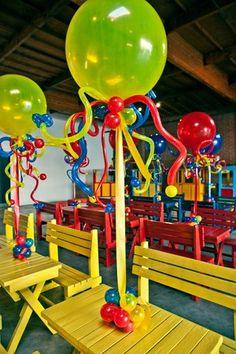 Centro de mesa de globos con cintas.