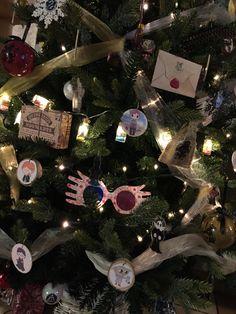 Noël Harry Potter Harry Potter Christmas Tree, Christmas Trees, Christmas Ornaments, Tis The Season, Hogwarts, Stitching, Party Ideas, Decorations, Seasons