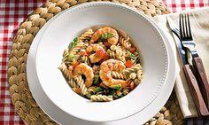 Fusilli com camarão e manjericão, um prato rápido de confeccionar e que pode ser servido quente ou frio.