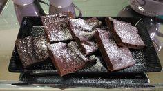Brownies da gustare a colazione o merenda, insieme ad una tazza di tè caldo. Da personalizzare secondo il proprio gusto con cioccolato o nocciole.