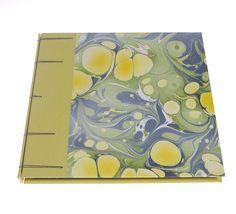 Encuadernación belga con tapas forradas en tela de encuadernación y papel marmolado www.crespinenpapel.com
