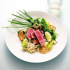 Asiatisk tonfisksallad med srirachadressing, gari och lotusrot