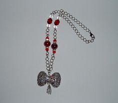 Collana con fiocco di strass e perle rosse.