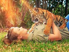 Bindi Irwin with a Baby Tiger http://ift.tt/2axsrnm