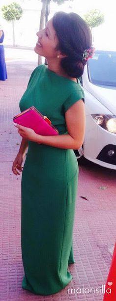 Marta, invitada boda con vestido largo verde esmeralda, clutch fucsia y peina de flores preservadas by Malonsilla