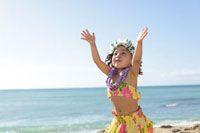 海岸でフラダンスを踊っているハーフの女の子[11038007914] - 写真素材・ストックフォト アマナイメージズ