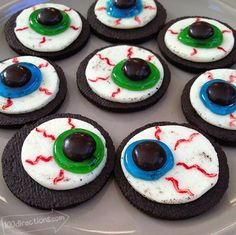 OREO Cookie Eyeballs - This Halloween Treat is simple & fun to make. We had cand. OREO Cookie Eyeballs - Ce régal d'Halloween est simple Halloween Desserts, Comida De Halloween Ideas, Bolo Halloween, Postres Halloween, Halloween Treats To Make, Hallowen Food, Halloween Eyeballs, Halloween Goodies, Halloween Food For Party