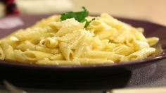 Limon ve Lime Soslu Penne. Malzemeler: 1 su bardağı krema, 1 adet limon, 1 adet lime (misket limonu), 1 adet soğan, 1 yemek kaşığı parmesan, Karabiber, Maydanoz, Yarım paket penne makarna,1 diş sarımsak, Tuz Parmesan, Pasta Recipes, Macaroni And Cheese, Ethnic Recipes, Food, Mac And Cheese, Essen, Meals, Yemek