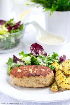 Faszerowane kotlety mielone z ziołowymi ziemniakami i miksem sałat.