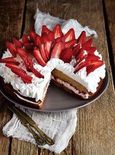 γεμιστό κεικ με ταχίνι και φραουλες Cookie Dough Pie, Fun Desserts, Camembert Cheese, Caramel, Cheesecake, Sweets, Cookies, Fruit, Ethnic Recipes