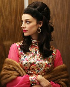 Mad Men Costume Designer Janie Bryant on Season 6 Fashion - Episode Megan's Golden Brocade Gown from Mad Men Fashion, Fashion Tv, 1960s Fashion, Fashion Beauty, Fashion Vintage, Womens Fashion, Don Draper, Betty Draper, Mad Men Party