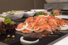 Merisuola ei olekaan paras valinta - näin valmistat täydellisen graavilohen | ruoka-artikkelit | Iltalehti.fi Bruschetta, Food And Drink, Meat, Chicken, Ethnic Recipes, Cubs