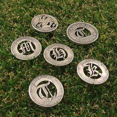 誕生年の銀貨で作成しましたカットコインゴルフマーカー  1949年だけアメリカのが無かったのでカナダの1ドル銀貨です  欧米でラッキーアイテムとされているバースイヤーコインで運気上昇して凄いスイング連発の可能性もあるかもしれません() #golfmarker #golf #cutcoin #birthyearcoin #silvercoin #handmade #oldenglish #marilynmonroe #initial #halfdollar #dollor