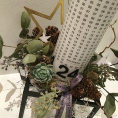 Kalenderlys lavet i bylassen kubus bowle, jeg har beklædt bowlen med husholdningsfilm og herefter er skålen fyldt med ler, og pyntet med lys og diverse grønt.