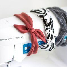 Le headband est un de mes tout premier projet en couture il y a de cela presque deux ans (souvenir-souvenir). Le temps passe si vite, et même si depuis j'ai fait de très gros progrès et je m'attaque à des pièces bien plus compliqués, j'aime revenir à de petits... #diy #headband #husqvarnaviking