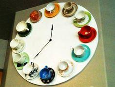 orologio che scandisce l'ora in tazzine