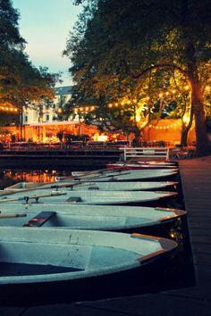 Cafe am neuen See: midden in het groen, omgeven door kastanjebomen en aan het water. Hier liggen de roeibootjes al te wachten.