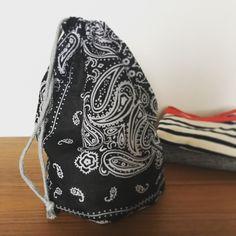 100均のバンダナで作れる、マチ付きの巾着。たっぷりサイズの巾着も、バンダナを使えばとても簡単に出来ますよ。