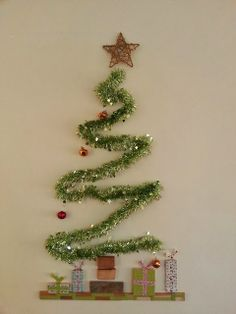DIY Christmas Wall Decor Ideas for 2019 that spells out the Christmas joy in the most appropriate way - Saudos Christmas Stairs Decorations, Wall Christmas Tree, Office Christmas, Christmas Holidays, Christmas Wreaths, Christmas Ornaments, Holiday Decorations, Modern Christmas, Winter Holidays