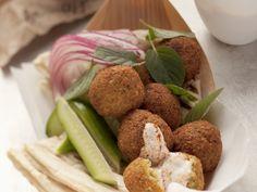 Falafel mit Harissa-Joghurt-Soße - smarter - Zeit: 20 Min.   eatsmarter.de