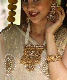 Necklaces Dainty Saved by radha reddy garisa Gold Jewellery Design, Gold Jewelry, Beaded Jewelry, Rajputi Jewellery, Maxi Collar, Swarovski, India Jewelry, Jewelry Patterns, Bridal Jewelry