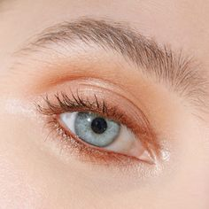 Everyone Has A Different Brow Arch: Here's A Foolproof Hack To Find Yours Arch Brows, Arched Eyebrows, Natural Eyebrows, Eyebrow Brush, Eyeliner Brush, How To Wear Eyeliner, Eyebrow Tips, Teenage Makeup, Makeup Artist Tips