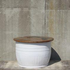Deze bijzettafel is van het Nederlandse meubelmerk By-Boo.De tafel heeft ook nog een opbergfunctie