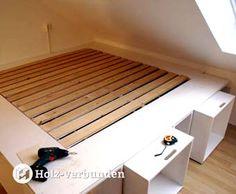 3 in 1: Bett-Bücherregal-Stauraum – Bed-Bookshelf-Storage Klevers Stauraum-Bett mit Bücherregal für die Dachschräge - selbst gebaut. In meiner heutigen Geschichte zeige ich den Aufbau eines Bettrahmens aus mehreren Containern. Auf einer Grundfläche von ca. 210 cm x 210 cm entsteht hier das neue Schlafdomizil für meinen Sohn.