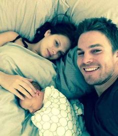 Stephen Amell, Cassandra Jean, and Mavi. one big happy family. =D it warms my heart and makes it melt.