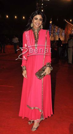 Shilpa Shetty also stunned in her style in the star studded Umang 2014, in a floor length anarkali suit. Skalihe looked elegant as always in this designer anarkali with full sleeves and highneck, with golden embellished dupatta.