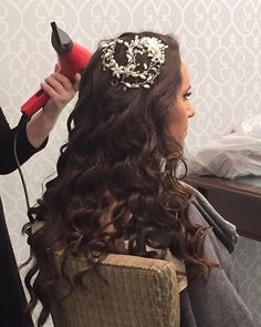 An #actionshot 📸 on this beautiful Wednesday! How much do you ❤️ her #headpiece?! We can't get enough of it! 😍 Hair by #WeddingHairbySorahYaffa | Book an appointment today and see your #hairdreamscometrue 👰