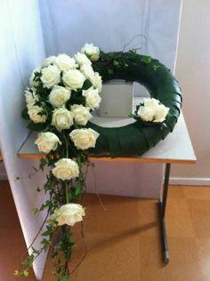 . Flower Wreath Funeral, Funeral Flowers, Grave Decorations, Sympathy Flowers, Arte Floral, Flower Arrangements, Diy And Crafts, Floral Wreath, Wreaths