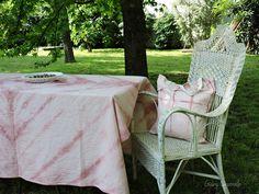 Mantel shibori grande en degradé de rosas , Teñido en forma artesanal formando diagonales.  Bolsa haciendo juego