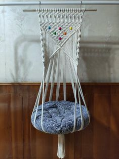 Hanging Macrame Cat Bed, Cat Hammock Macrame, Cat Lover Gift Idea ◼️ DIY HANGING CAT HAMMOCK BEDDING We all love cats as they are great companions for us seem to be able to sense when we need some comfort. Has it been too long that you h Diy Cat Hammock, Hammock Bed, Crochet Hammock, Hanging Beds, Hanging Hammock, Cat Lover Gifts, Cat Gifts, Diy Macrame Wall Hanging, Design Patio