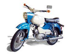 SIMSON Sperber SR4-3  Technische Angaben: Motor:M 54 Hubraum:49,6 ccm Max.Leistung:3,38 kW bei 6750 U/min Getriebe / Antrieb:4 Gang / Kette Bremsen:Trommelbremse Simplex / Ø 125 mm Leergewicht:78 kg zul. Gesamtgewicht:260 kg Tankinhalt / Reserve:9,5 Liter / 1,5 Liter Farben:olympiablau / alabaster (weiß) Vmax:ca. 75 km/h //MZA Meyer-Zweiradtechnik-Ahnatal
