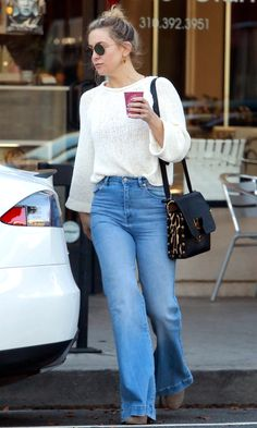 Kate Hudson in a cream sweater and flare jeans - click ahead for more celebrity outfit ideas Winter 2018 Fashion, Star Fashion, Fashion Outfits, Taylor Swift Outfits, Celebrity Style Inspiration, Celeb Style, Celebrity Outfits, Celebrity Skin, Celebrity News