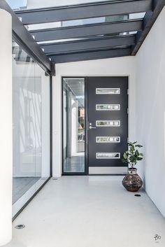 Tervetuloa tutustumaan valon ja tilan kotiin. Heti ulko-ovelta avautuu valontäyteinen laaja näkymä alas olohuoneen korkeisiin maisemaikkunoihin asti. Tilan korkeus ja seinien valkoisuus yhdistettynä suuriin, kiiltäviin, lämpimän valkoisiin lattialaattoihin antaa talolle ylellisen vaikutelman. Talon muotoilu on ajatonta ja konstailemattoman selkeää suomalais-skandinaavista. Keskeistä on sekä luonnonvalon mahdollisimman hyvä hyödyntäminen valaistuksessa että tilojen avaruus. Ruokailutila… Terrace, House Plans, Garage Doors, How To Plan, Entrance, Outdoor Decor, Hallways, Interiors, Future