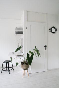 intérieur minimaliste et monochrome où la porte se fait élégant par la simple pose de moulures décoratives et une poignée noire, un moulure porte décorative pour un relooking facile