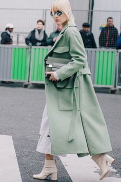 We open our street style roundup from day 7 of Paris Fashion Week with Eleonora Carisi in a horse-print jumpsuit with a plunging neckline, broken only by the season& mandatory accessory: the black. Street Style Chic, Looks Street Style, Fashion Weeks, Fashion Outfits, Fashion Trends, Fashion Boots, Latest Fashion, Business Outfit, Green Coat